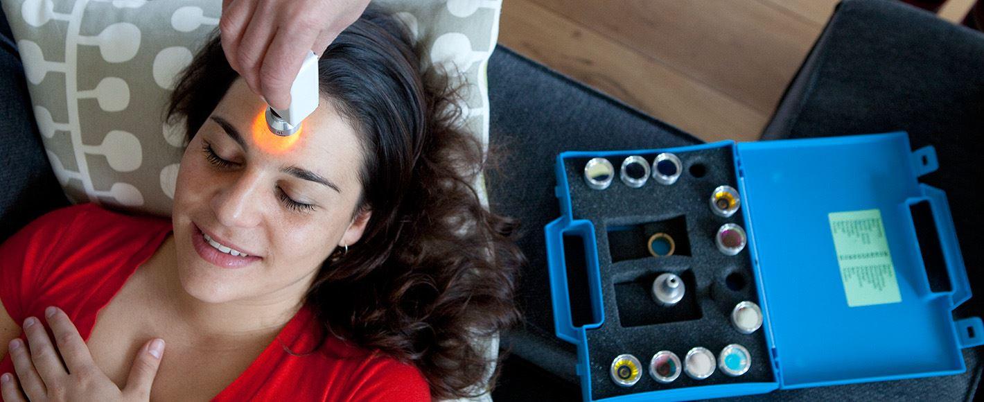 Therapeut past cursus Kleurentherapie toe bij een cliënt