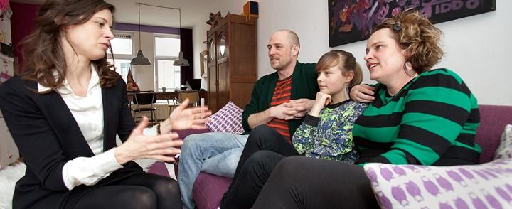 Therapeut in gesprek met gezin na afronding van de cursus Gezinstherapie