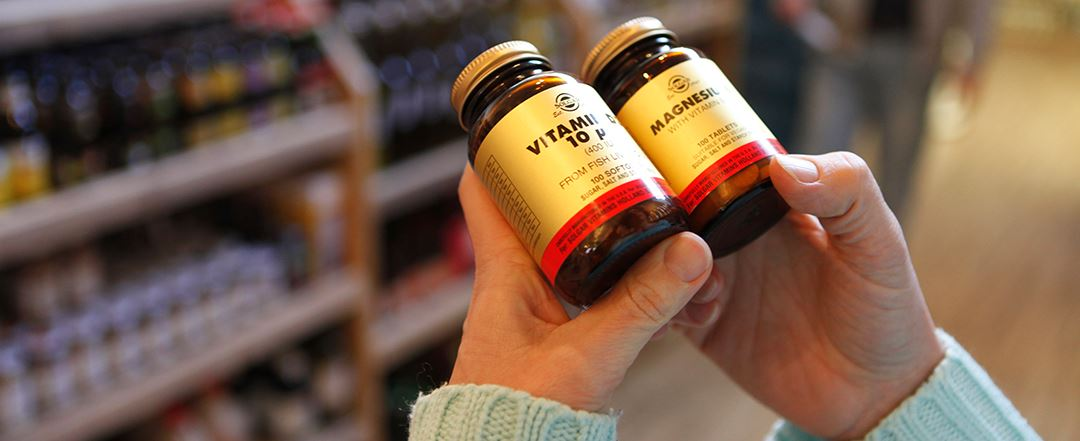 Vergelijken van twee potjes vitaminen en mineralen bij de cursus Orthomoleculaire suppletie