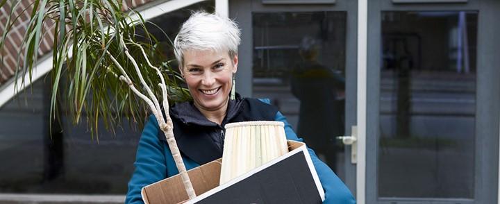 Vrouw verhuist spullen en begint voor zichzelf na het volgen van de cursus Start uw eigen praktijk