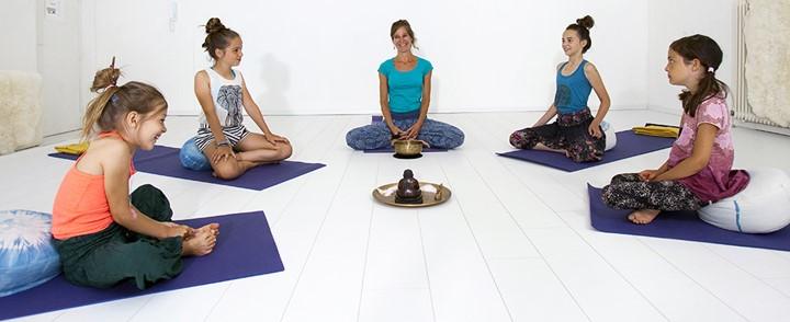 De cursus Mindfulness voor kinderen begint met stilzitten en mediteren onder begeleiding.