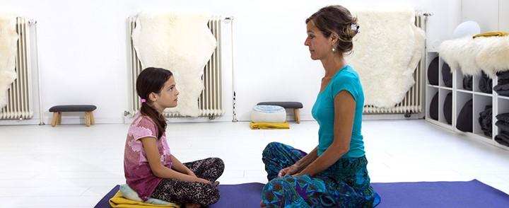Kindercoach begeleidt kind bij een oefening tijdens de opleiding Kindercoach