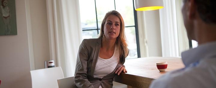 Counselor op stoel in behandelkamer bij cursus counseling bij depressie en rouw