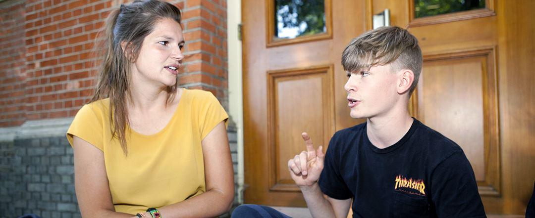 Jongerencoach in gesprek met jongen tijdens de opleiding Jongerencoach