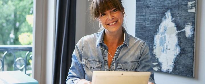 Online coach begeleidt cliënt via de computer met de opleiding Online coaching