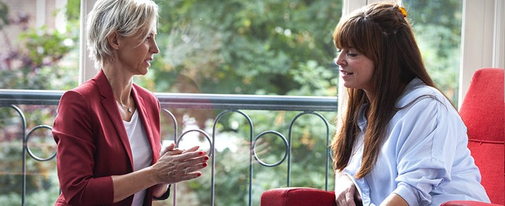 Stresscounselor in gesprek met cliënt bij opleiding Stresscounseling
