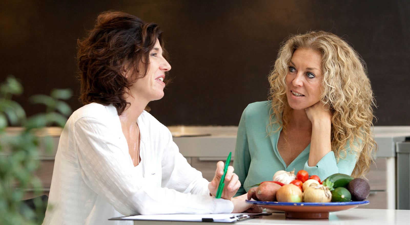 Voedingsdeskundige adviseert vrouw in de overgang over gezonde leefstijl bij cursus Overgang en voeding