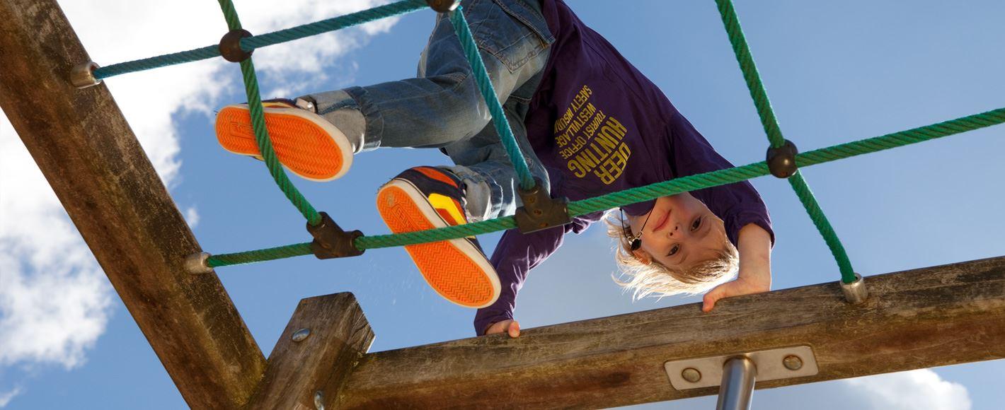 Kind speelt op klimrek bij opleiding Pedagogiek