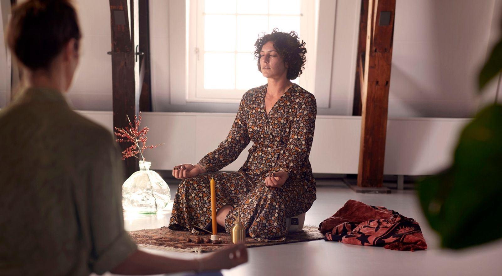 Chakra healer behandelt cliënt bij de opleiding Aura- en chakrahealing