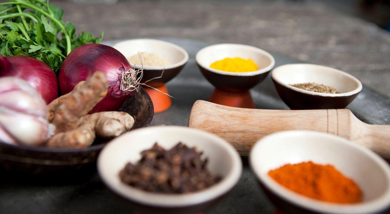 Sfeerbeeld van kruiden en groenten gebruikt binnen de cursus Ayurveda