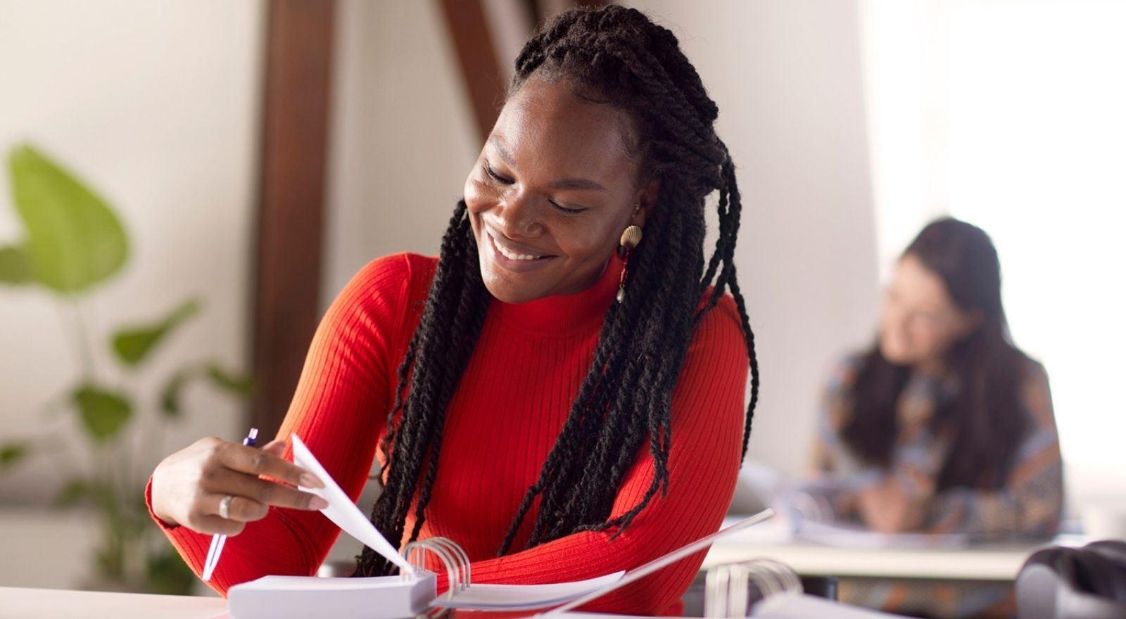 Student aan het leren voor haar opleiding Coaching bij hoogbegaafdheid