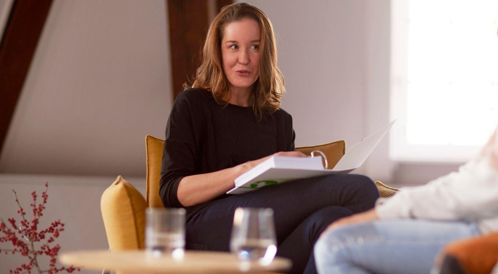 Gesprek tussen cliënt en coach bij opleiding Cognitieve gedragstherapie