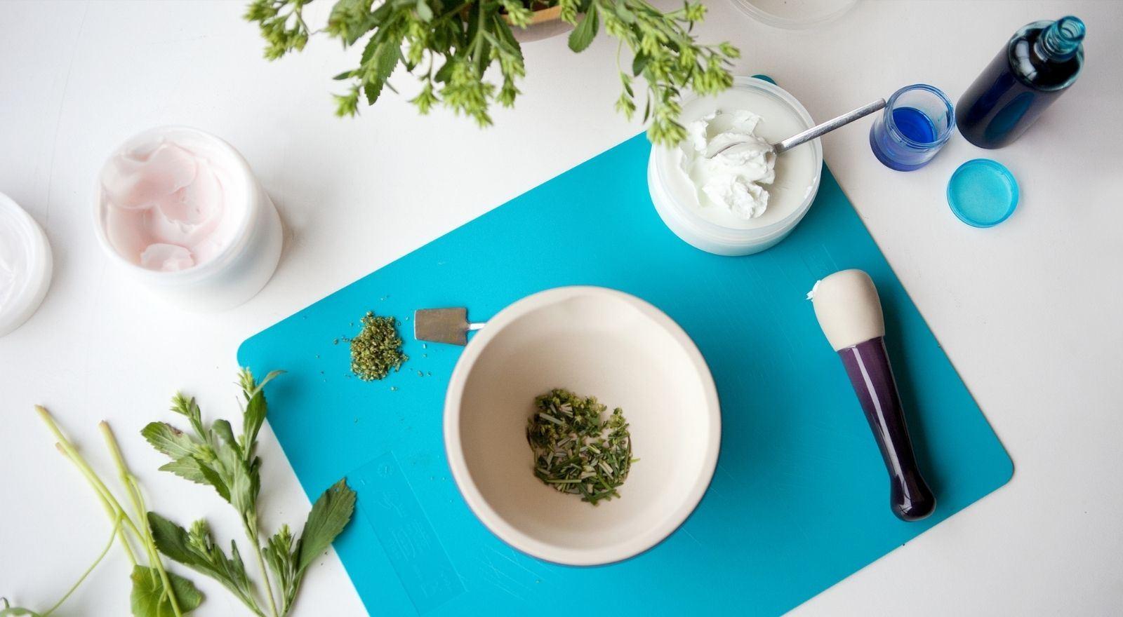 Natuurlijke producten op tafel voor de cursus Dermatherapie op natuurlijke basis