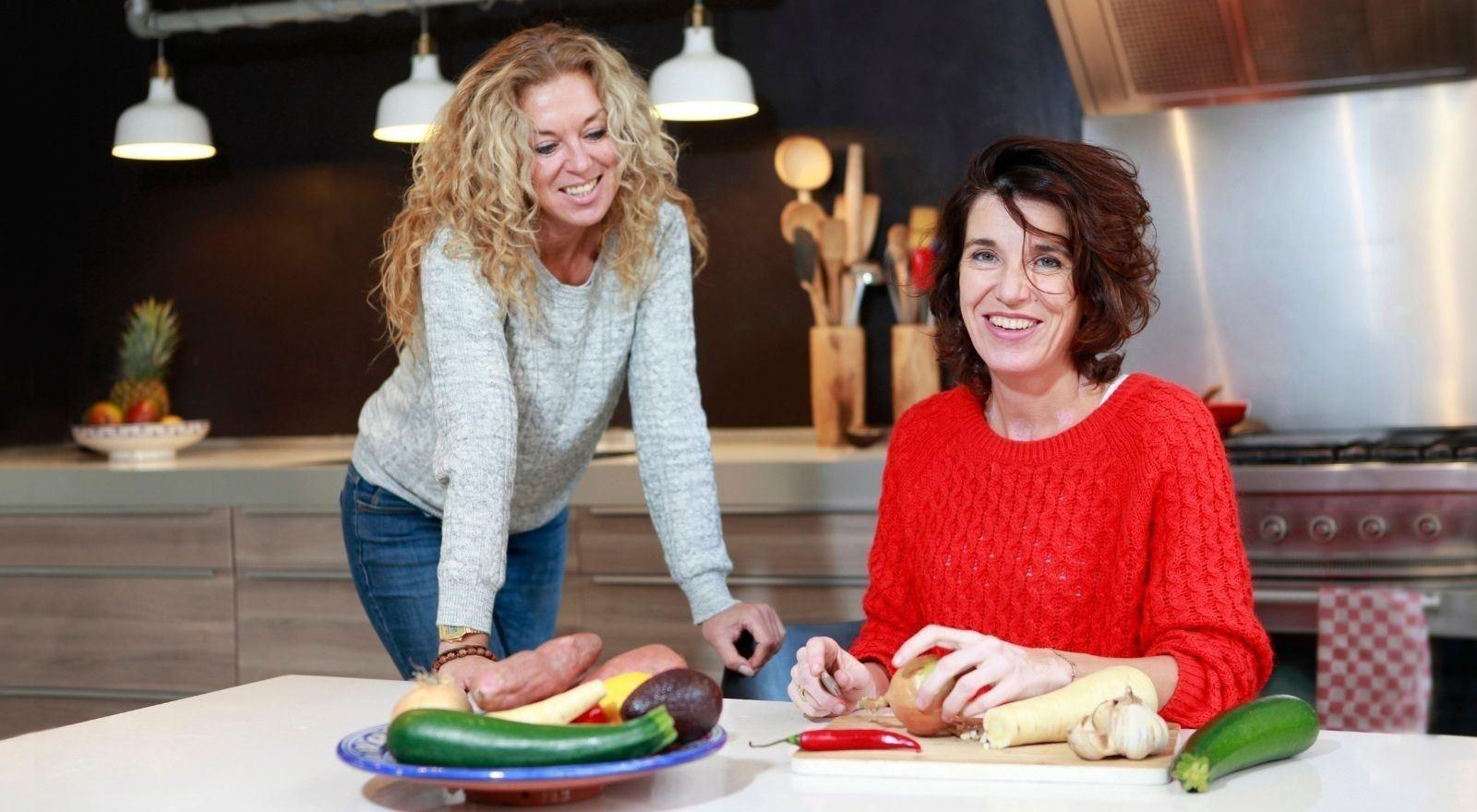 Voedingsdeskundige begeleidt cliënt naar gezond eetpatroon bij de cursus Emotie-eten