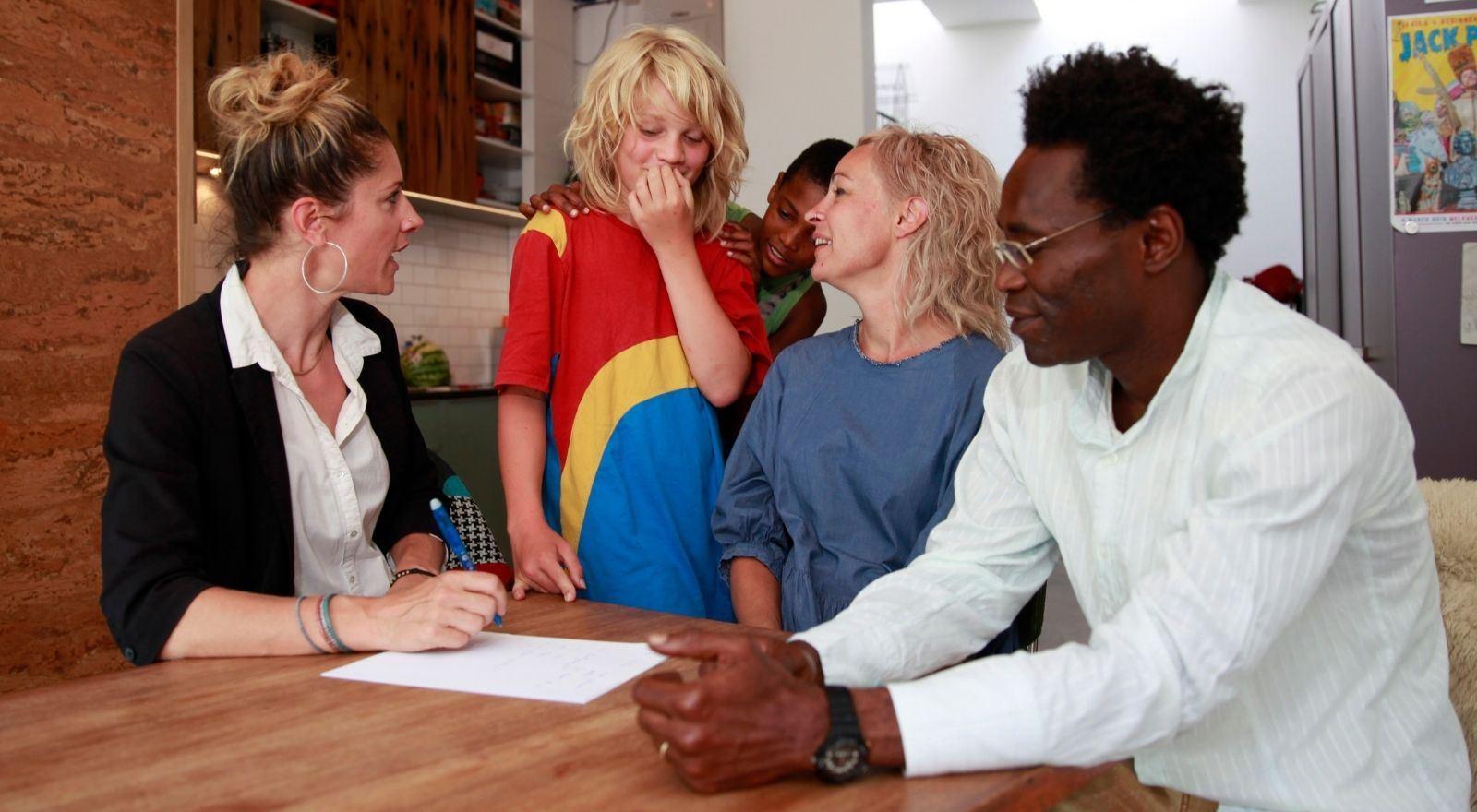 Coach in gesprek met gezin bij de opleiding Stiefgezincoaching