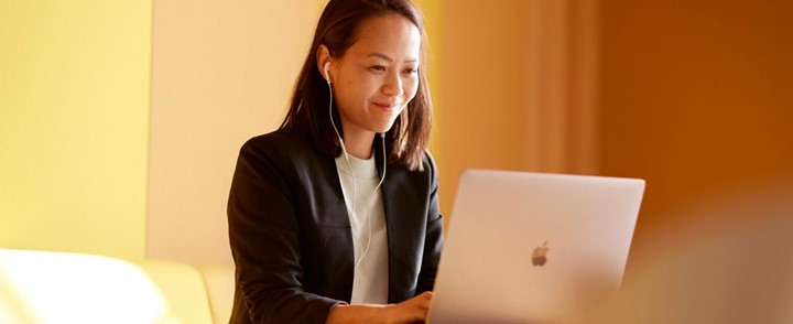 Coach biedt cliënt online begeleiding met de opleiding Zingevingscoaching