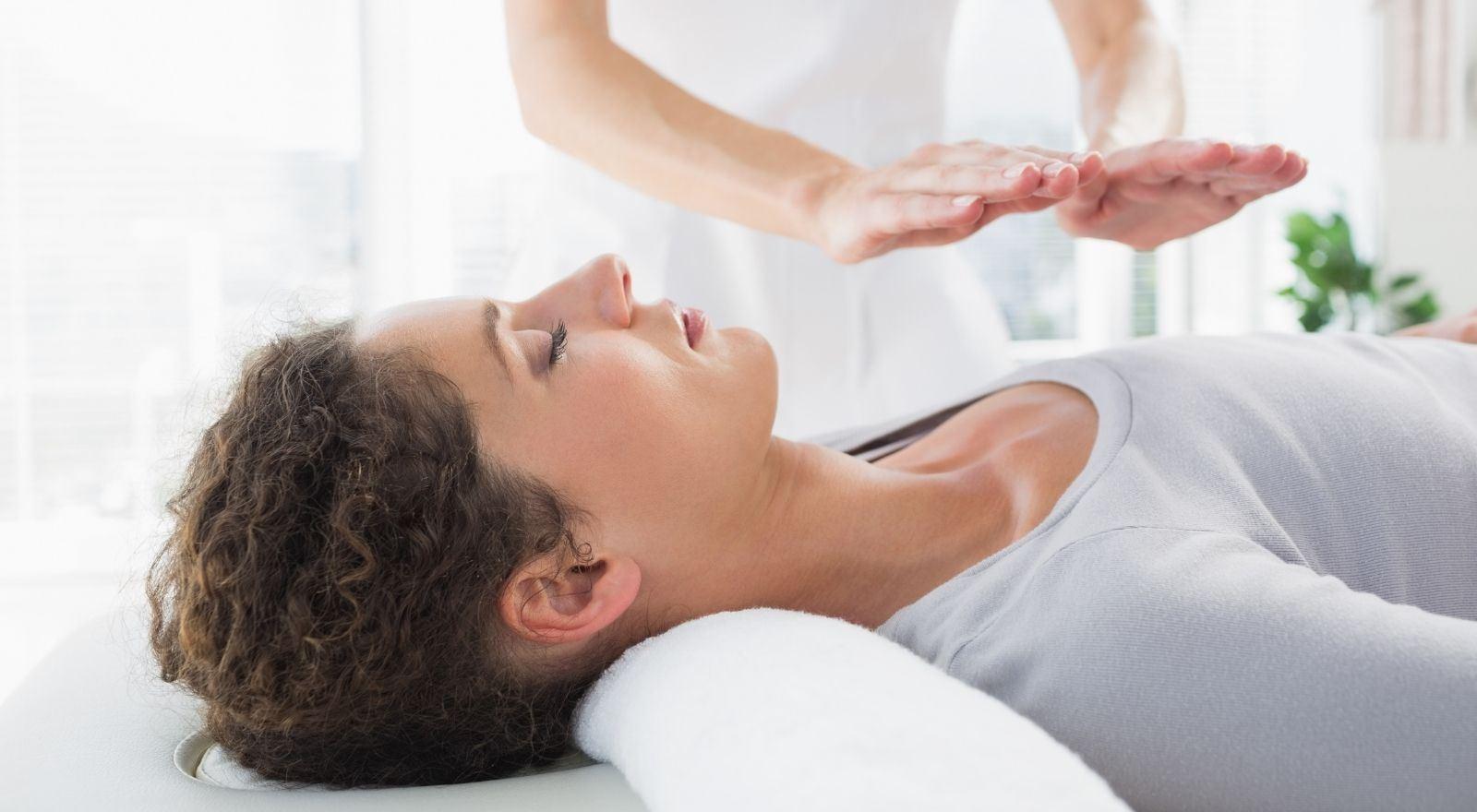 Therapeut behandelt cliënt met reiki uit de opleiding Reiki Master