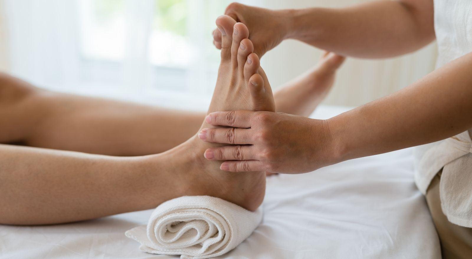 Masseur geeft massage aan cliënt volgens de vaardigheden uit het studiepakket Massage- en voetreflextherapeut