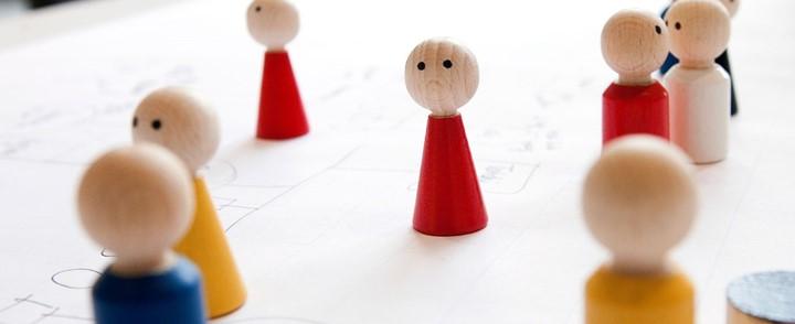 Organisatieopstelling met poppetjes bij de opleiding Familieopstellingen