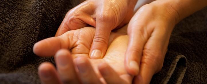 Behandeling van acupunctuurpunt in de handpalm voor de cursus acupressuur