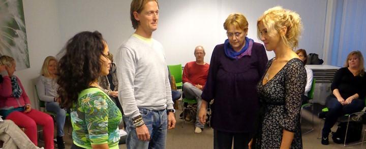 Deelnemers aan een familieopstelling tijdens de cursus Familieopstellingen