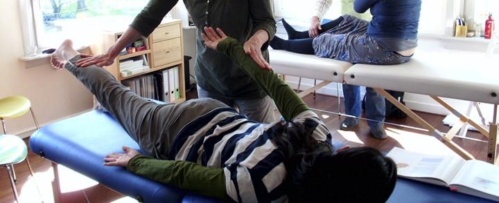 Therapeut behandelt cliënt op massagetafel bij cursus Kinesiologie Touch for Health