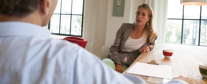 Vitaliteitscoach in gesprek met cliënt over het behouden of terugwinnen van vitaliteit